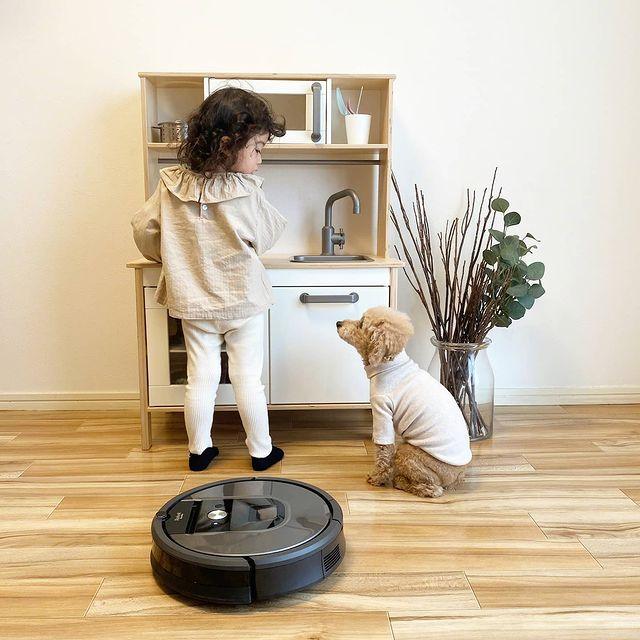 Да сложиш дрешка на кучето през есента може да е шик, но едва ли ще предпази пода от скубещата се козина. Включи Roomba и събуй пантофите. Тя почиства без забележки в домове с малки деца и домашни любимци. Всеки ден е чисто с iRobot #irobot